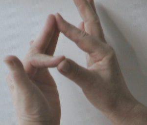 lámpaláz kéztartása 300x256 - Így szüntesd meg gyorsan a stresszt, a lámpalázat!