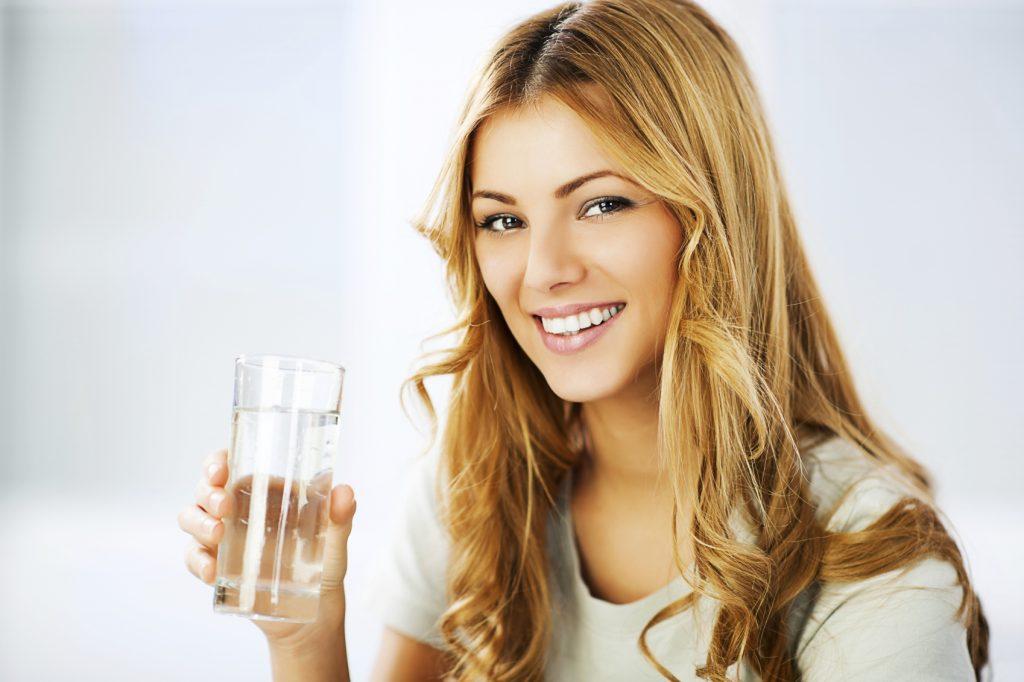 VÍZTERÁPIA 1024x682 - Vízterápia: Mi történik, ha elég vizet iszunk éhgyomorra közvetlenül ébredés után? A japán vízterápia hihetetlenül népszerű a felkelő nap országában - a japán emberek évszázadok (ha nem több ezer éve) óta ismerik ezt az egyszerű gyakorlatot, és használják számos egészségügyi probléma gyógyítására, kezdve a fejfájástól egészen a rákos megbetegedésekig.